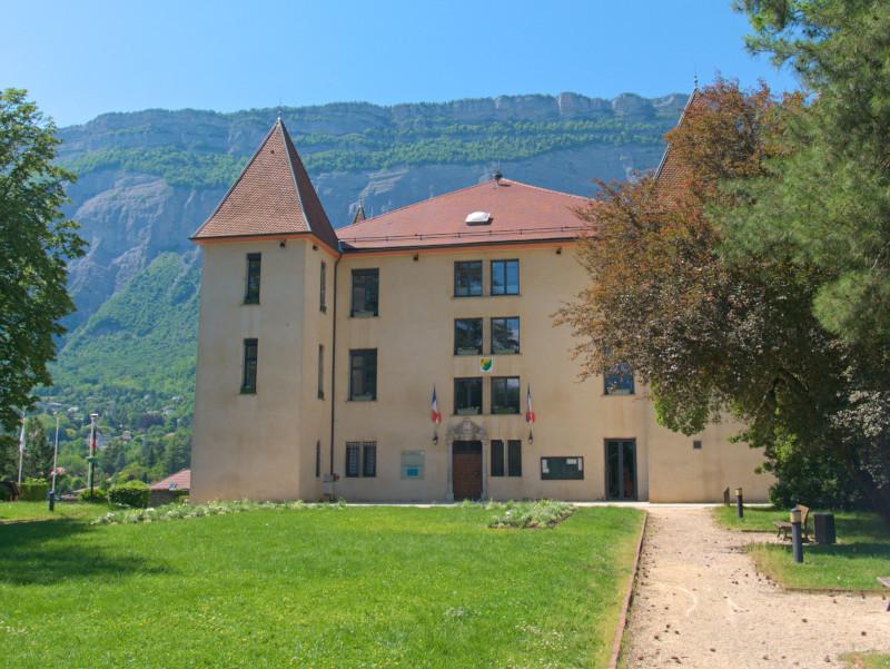 Le château de Miribel avec en arrière plan le massif de la Chartreuse