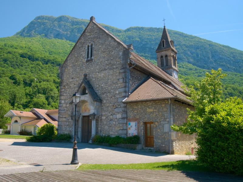 L'église du Fontanil-Cornillon avec derrière la montagne