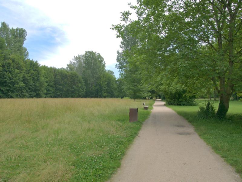 Chemin en bordure de prairie du parc de l'Ile d'Amour