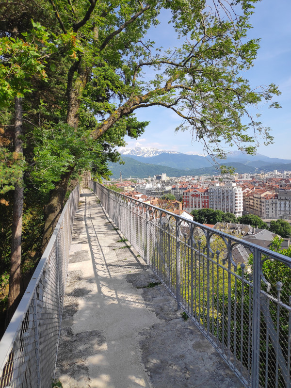 Vue sur Grenoble et les montagnes depuis le jardin des Dauphins