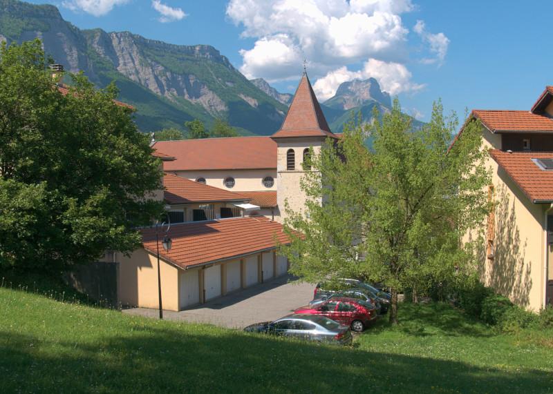 Vue sur la Dent de Crolles et l'église de Montbonnot-Saint-Martin