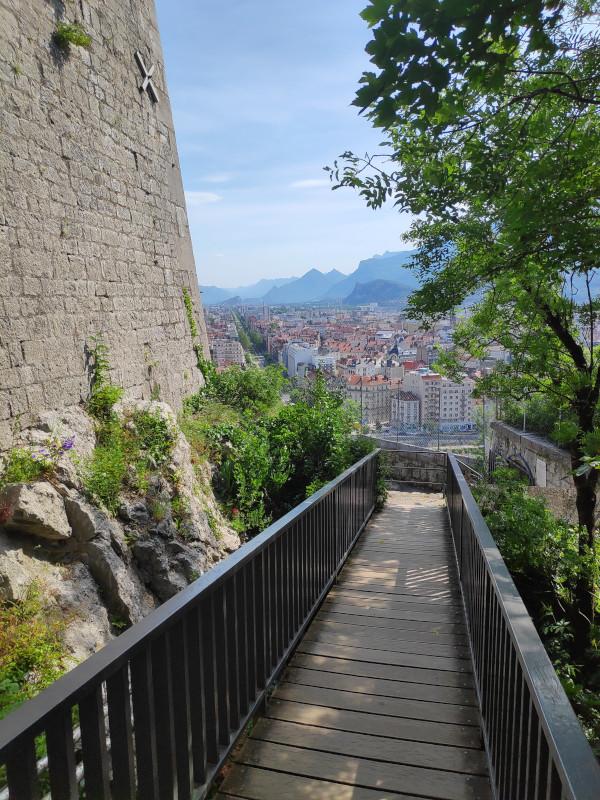 Vue sur Grenoble depuis une passerelle du jardin des Dauphins