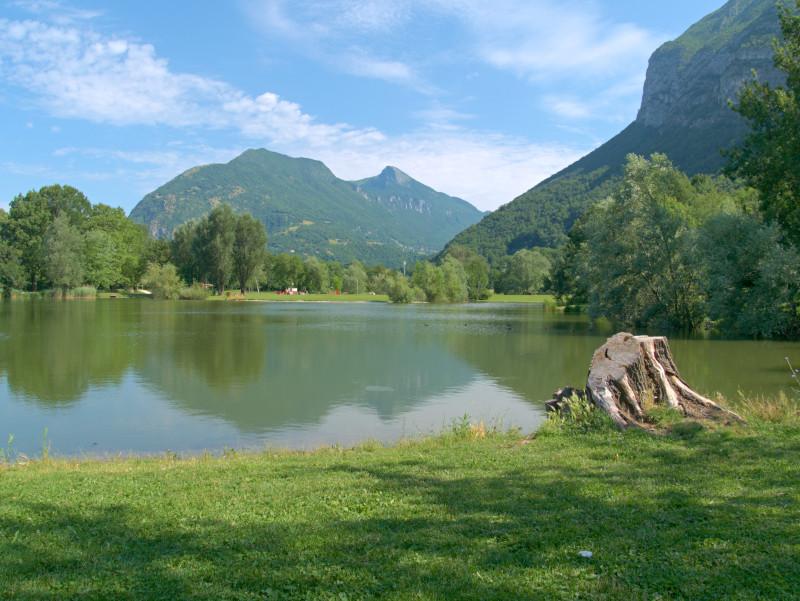 Vue sur le massif de la Chartreuse depuis le parc du lac de Fiancey