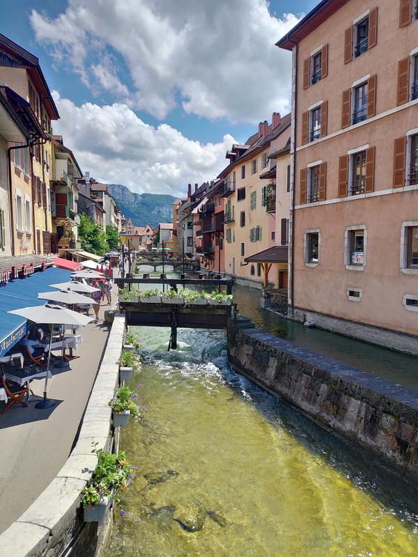 Canal passant au milieu des bâtiments