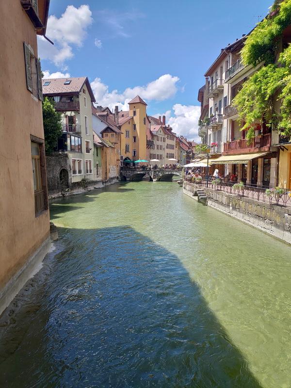 Canal passant au milieu de Annecy