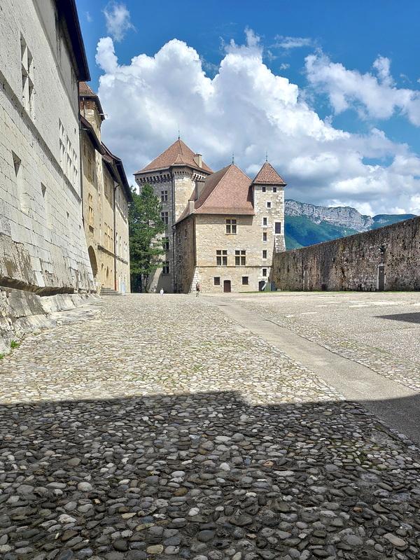 Le château d'Annecy et sa cour