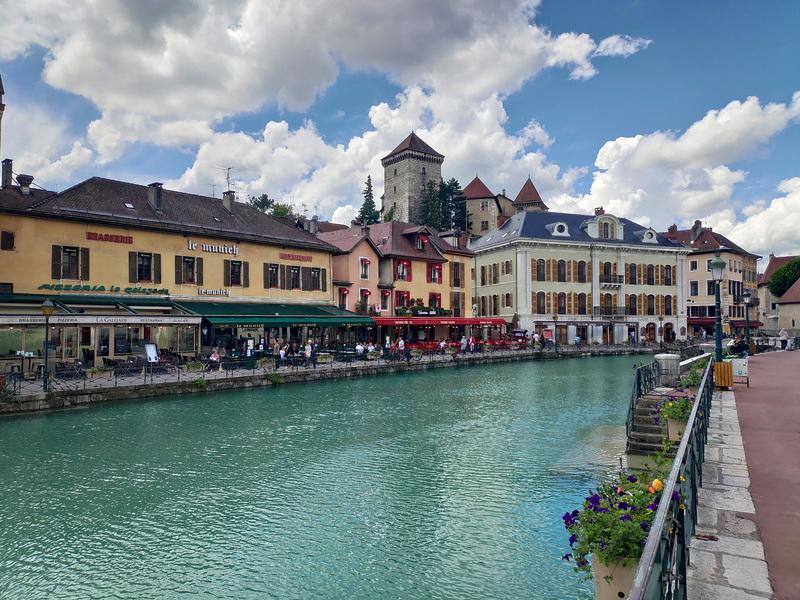 Vue sur le château d'Annecy depuis le canal