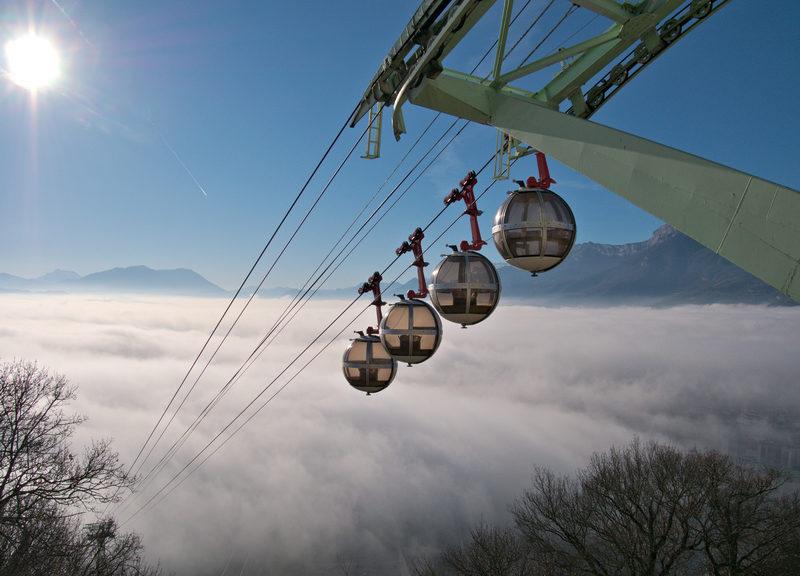 Le téléphérique de Grenoble au-dessus de la mer de nuages